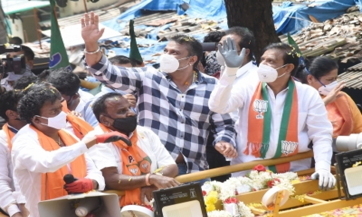TeluguStop.com - Kannada Movie Star Darshan Campaigns For Friend, Draws Huge Crowds