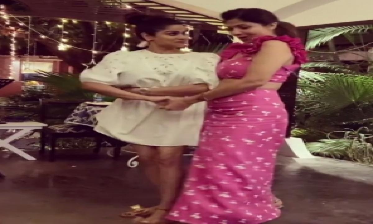 TeluguStop.com - Shilpa And Shamita Shetty Go Retro With 'badan Pe Sitaare'