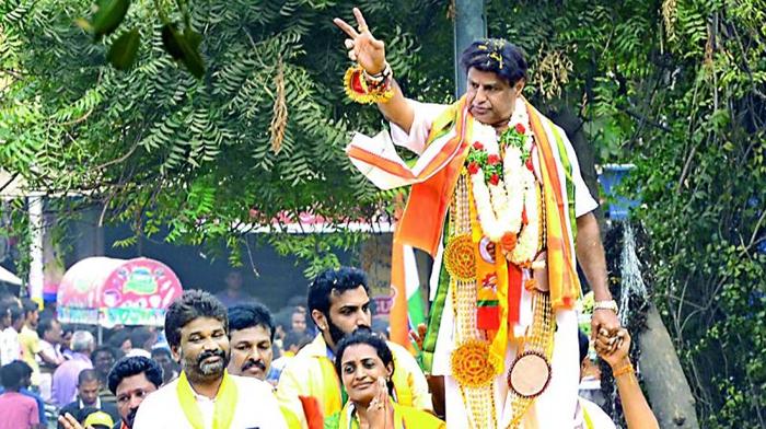 మళ్లీ పరువు పోగొట్టుకున్న బాలయ్య.. ఈ వీడియో మూడు నాలుగు సార్లు చూసి నవ్వేసుకోండి-Movie-Telugu Tollywood Photo Image