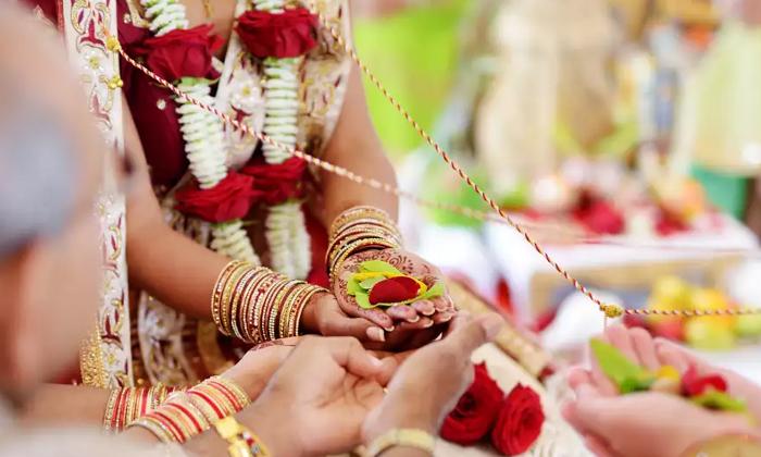 విడ్డూరం : పెళ్లి అయిన కొన్ని గంటల్లోనే విడాకుల వరకు వెళ్లారు.. కారణం తెలిస్తే నోరెళ్లబెడతారు-General-Telugu-Telugu Tollywood Photo Image