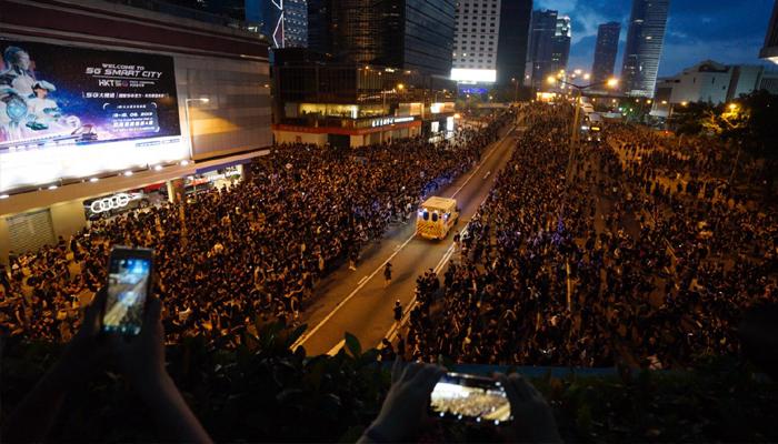 Video Of Hong Kong Protestors Giving Way For An Ambulance - Telugu Viral News Video Of Hong Kong Protestors Giving Way For An Ambulance -