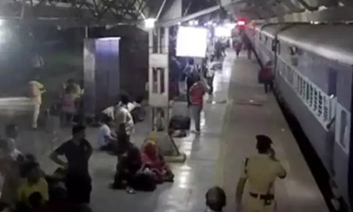 A Lady Comes Under Train Rail - Telugu Viral News A Lady Comes Under Train Rail -