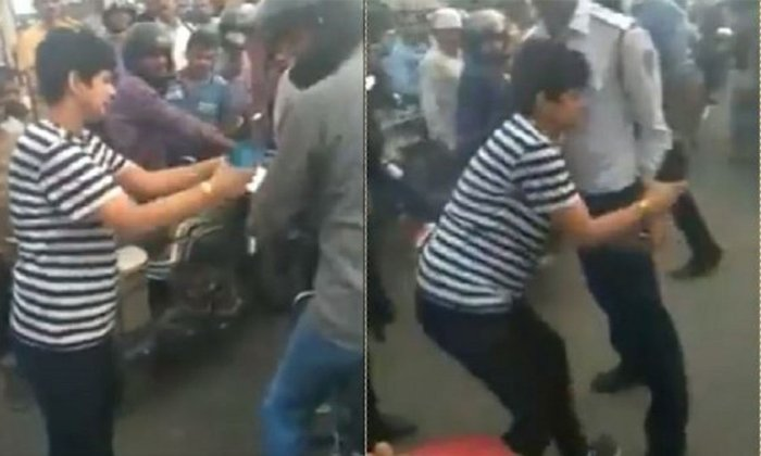 Woman Abuses To A Man In Delhi Traffic Signals