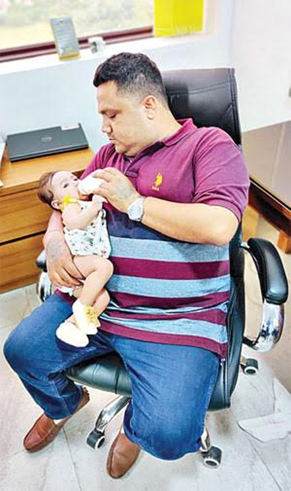 Heartwarming Photo Of A Father Feeding His Baby Daughter Goes Viral - Telugu Viral News Heartwarming Photo Of A Father Feeding His Baby Daughter Goes Viral -