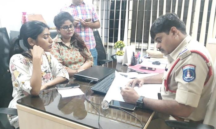 Kathi Mahesh Comments On Swetha Reddy And Gayatri Guptta - Telugu Tollywood Movie Cinema Film Latest News Kathi Mahesh Comments On Swetha Reddy And Gayatri Guptta -