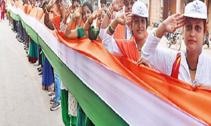 రెపరెపలాడిన 15 కిలోమీటర్ల జాతీయ జెండా-General-Telugu-Telugu Tollywood Photo Image