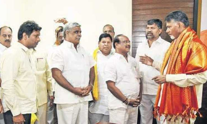Telugu Chandrababu, Khamamm Distict Tdp Leaders Meet Chandrababu, Main Tdp Leaders Jump In Telangana Trs Party-Telugu Political News