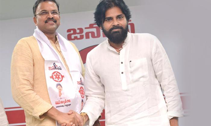 అనుకున్నట్లుగానే జనసేన కు జేడీ హ్యాండ్ ఇవ్వబోతున్నారా-Political-Telugu Tollywood Photo Image