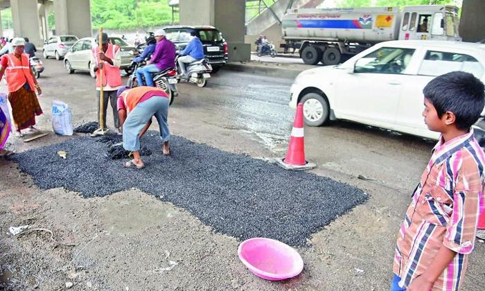14 Year Old Ravi Teja Repair Potholes On Hyderabad's Roads He Is The Real Hero-Scholl Holidays Work In Social Activiteis