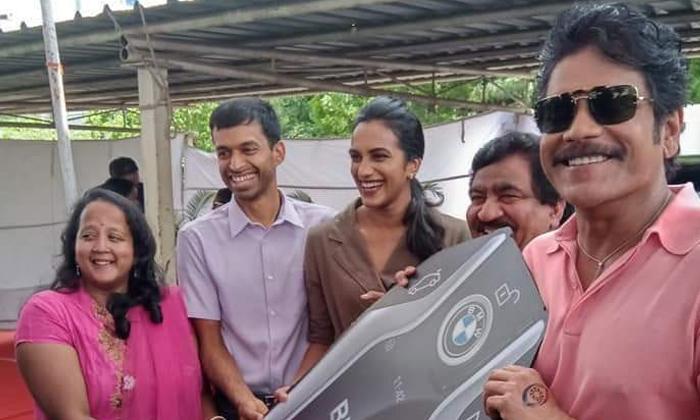 Chamundeshwarnath Presents The Car To Sindhu-Batminton Player Sindhu Chamundeshwarnath Getting Four Cars From Chamindeshwarnath