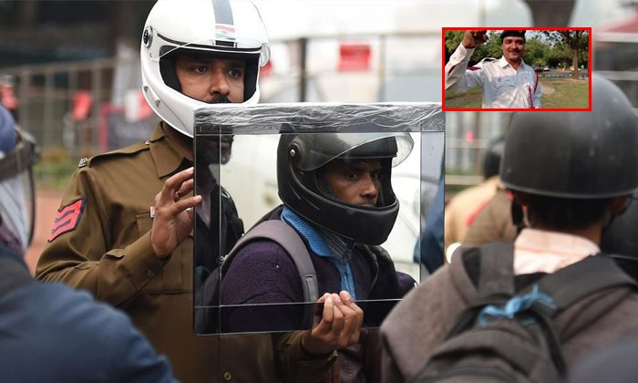 Delhi Traffic Cop Sandeep Saahi Gifted Helmets To Bike Raiders-delhi Traffic Cop Sandeep Saahi,sandeep Saahi,telugu Viral News Updates,viral In Social Media Telugu Viral News-Delhi Traffic Cop Sandeep Saahi Gifted Helmets To Bike Raiders-Delhi Sandeep Telugu Viral News Updates In Social Media