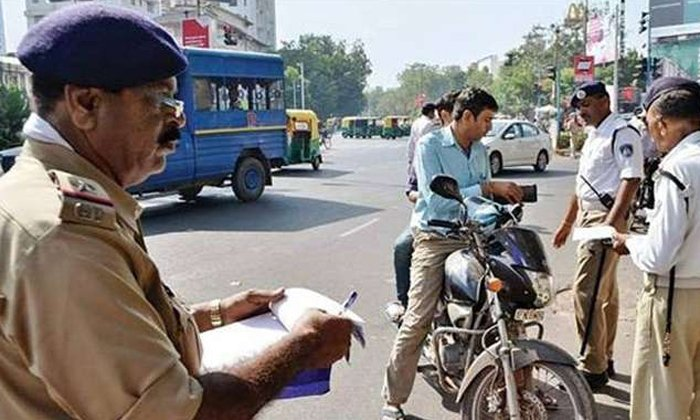 Gadkari Comments On New Traffic Rules-Indian Trafic Ploice Road Accidents Fine Ten Thousands