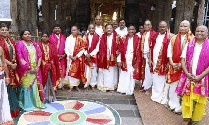 Jagan Mohan Reddy Give The Hand To YCP Party Leaders And Workers-Ap Ttd Jagan Karnataka Maharstra Tamilanadu Telangan 7 Members Ap 8