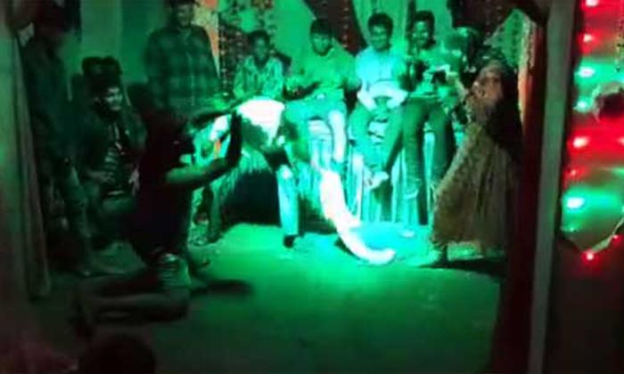 MP Man Dies While Doing Nagini Dance During Ganapati Visarjan-Mp Senoyi Village