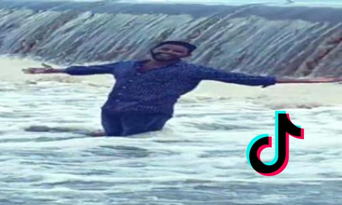 Nizamabad Man Drowns In Lake While Recording Tik-Tok Video-Nizamabad Recording Tik-tok Video