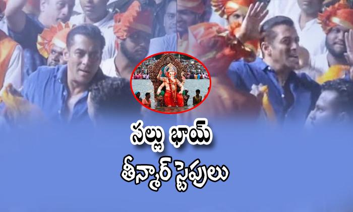 Salman Khan Dance At Arpitha Khans Ganesh Visarjan