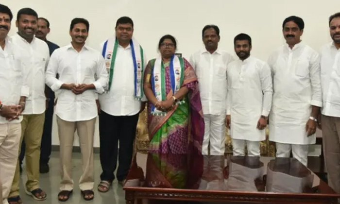 Thota Thrimurthulu Join YCP Party-Pilla Ramadevi