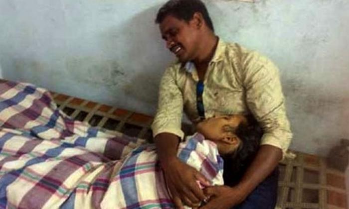 Village Volunter Sucide In Andhrapradesh-Pachima Godavari Distict Polavaram Village Ycp