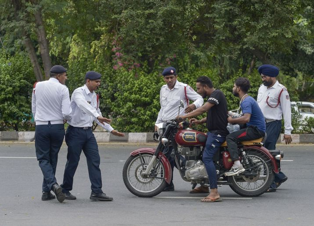 Telugu Constable Fined For Cell Phone Driving, Netizens Fire On Police, Telugu Viral News Updates, Viral In Social Media-