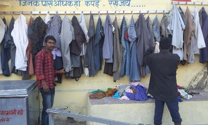 A Humanity Thing Hyderabad Gets Wall Of Kindness-Metro City Un Used Clothes And Things They Getting Give The Poor People Kindness