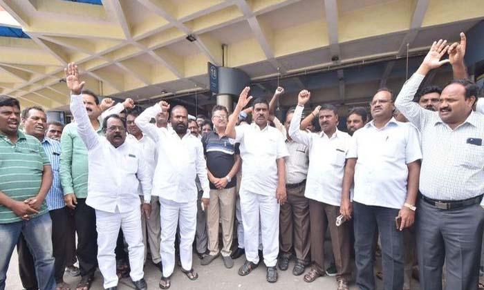 ఆర్టీసీ కార్మికుల జీతాలు నిలిపివేత, పండగ పూట కుటుంబాలు కటకట-Latest News-Telugu Tollywood Photo Image