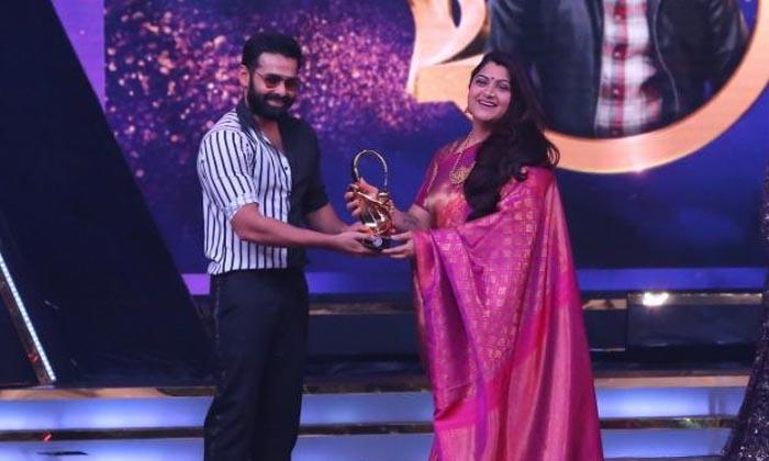 Energetic Star Ram Wins A Sensational Of The Year Award-Hero Win Award News Ismart Shankar Ram Latest Movie Sensational Hero Zee Cine Awards
