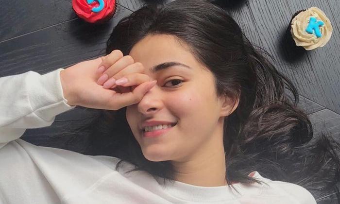 Pic Talk: Vijay's Bollywood Heroine Hot Mirror Selfie-Latest News English-Telugu Tollywood Photo Image