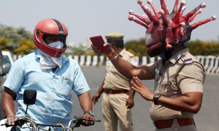 కరోనా ఎఫెక్ట్: రోడ్లపై ఆ హెల్మెట్ల తో పోలీసులు-Breaking/Featured News Slide-Telugu Tollywood Photo Image