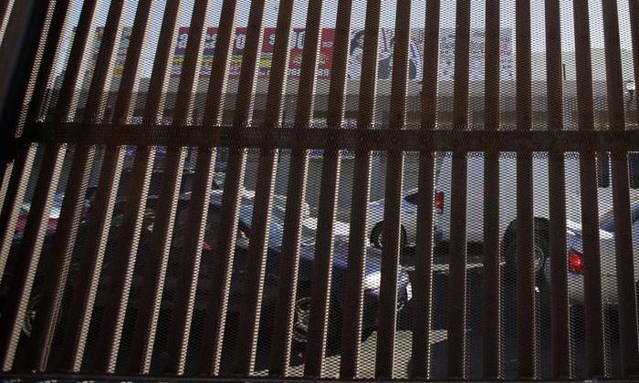 అక్రమంగా ప్రవేశించి…అడ్డంగా బుక్కయిన భారతీయులు..-Telugu NRI-Telugu Tollywood Photo Image