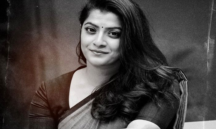 నాంది కోసం సాఫ్ట్ గా మారిపోయిన లేడీ విలన్ వరలక్ష్మి-Movie-Telugu Tollywood Photo Image