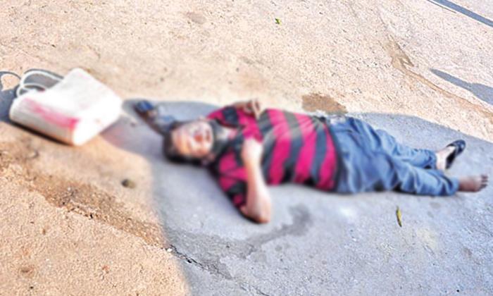 కరోనా వల్ల మానవత్వం మంట కలిసింది…. పాపం వ్యక్తి రోడ్డు పైనే…-Latest News-Telugu Tollywood Photo Image