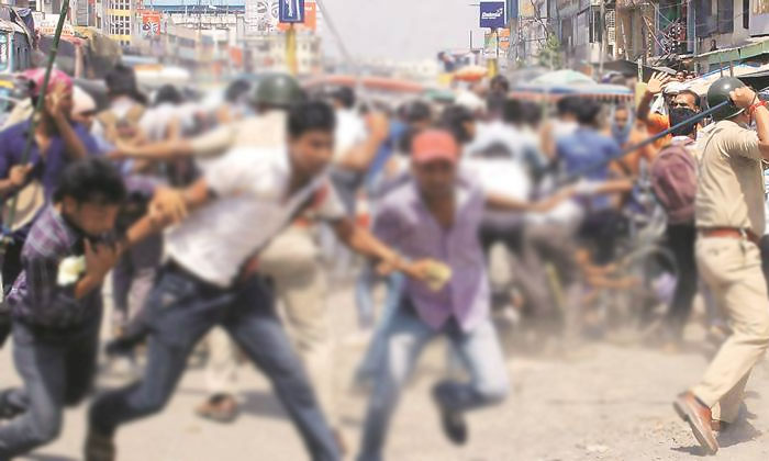 లాక్ డౌన్ నిపాటించని జనాలు….తుక్కు రెగ్గొడుతున్న పోలీసులు… - Police Lathi Charge On Peoples In Both Telugu States - Telugu Andhra Pradesh, Lock Down, Lock Down News, Police Lathi Charge,, Telangana Lock Down-General-Telugu-Telugu Tollywood Photo Image