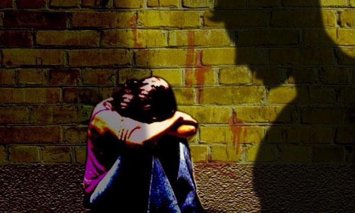 తనని పెళ్లి చేసుకోకపోతే ఆ ఫోటోలను ఇంటర్ నెట్లో పెడతానంటు యువతిని…-Latest News-Telugu Tollywood Photo Image