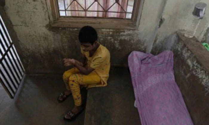 దారుణం : టీ లో చక్కెర తక్కువైందని భార్యని దారుణంగా కత్తితో…-Latest News-Telugu Tollywood Photo Image