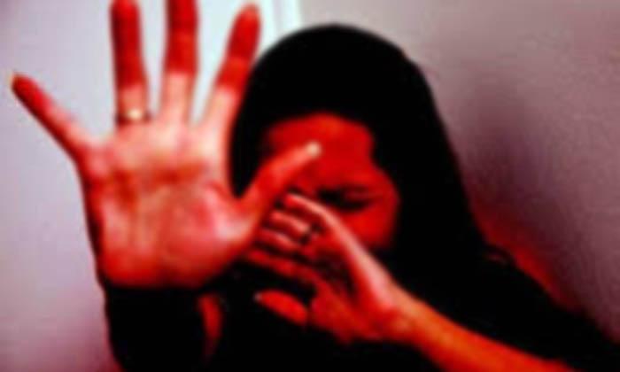 దారుణం : పెన్షన్ ఇవ్వాలని ఇంటికి వెళ్లి మైనర్ బాలికపై గ్రామవాలంటీర్…-Latest News-Telugu Tollywood Photo Image