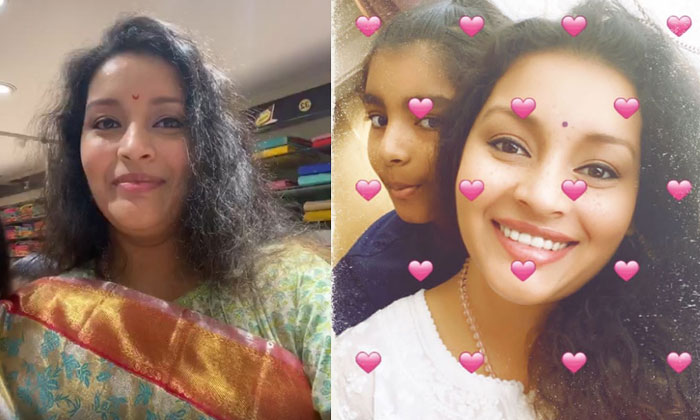 Renu Desai Chills Out With Aadhya In A Saree Shop-General-English-Telugu Tollywood Photo Image