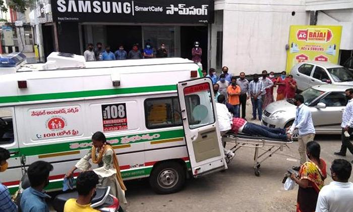 కరోనా భయం.. అందరూ చూస్తుండగానే నడిరోడ్డుపై యువకుడి మృతి-General-Telugu-Telugu Tollywood Photo Image