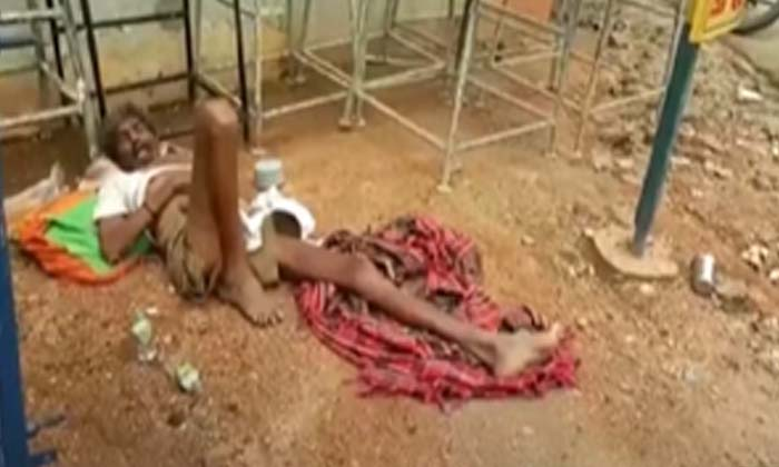 TeluguStop.com - నడిరోడ్డుపై కరోనా బాధితుడిని వదిలేసిన 108 సిబ్బంది-Breaking/Featured News Slide-Telugu Tollywood Photo Image