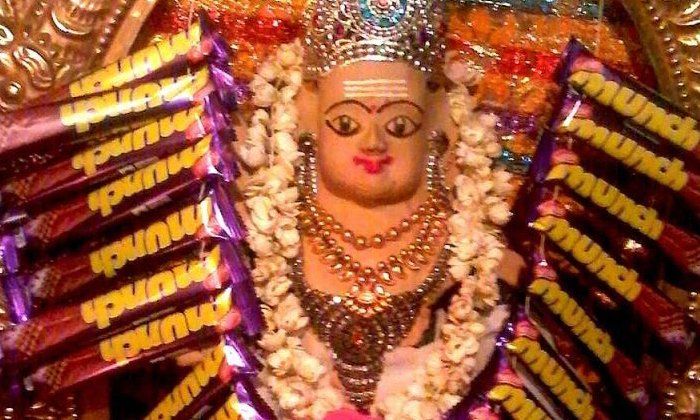TeluguStop.com - చాక్లెట్ దేవుడు… నైవేద్యంగా చాక్లెట్లు అంటేనే ఆ దేవుడికి ఇష్టమట.. మరి ఎక్కడో తెలుసా…-General-Telugu-Telugu Tollywood Photo Image