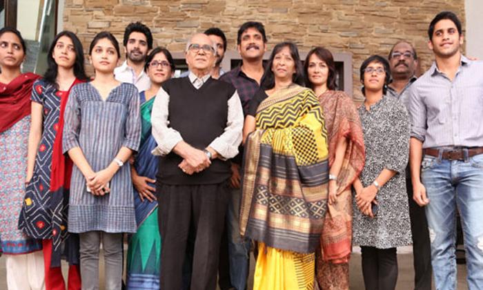 TeluguStop.com - ఈ ఫ్యామిలీ ఫోటో ఏ స్టార్ హీరోదో తెలుసా-Latest News - Telugu-Telugu Tollywood Photo Image