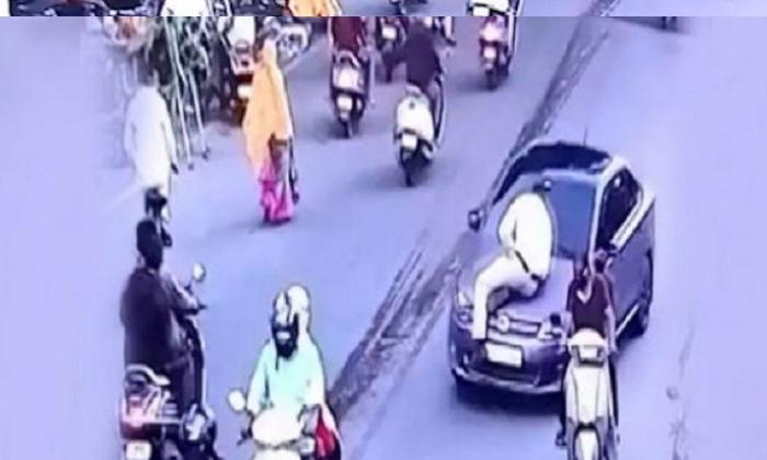 TeluguStop.com - వైరల్ వీడియో: ట్రాఫిక్ పోలీస్ ను కారుతో ఢీ కొట్టడమే కాకుండా ఏకంగా …-Breaking/Featured News Slide-Telugu Tollywood Photo Image