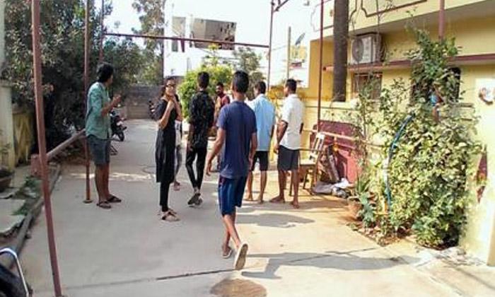 TeluguStop.com - హైదరాబాద్ లో భూకంపం ప్రాణ భయంతో స్థానికులు-Breaking/Featured News Slide-Telugu Tollywood Photo Image